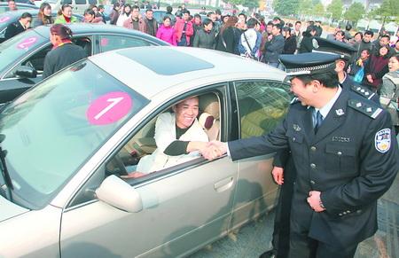 开着失而复得的爱车,缓缓驶出.据渝北警方称,他们近期打掉了两个图片