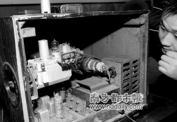 老电视机内部结构粗糙,一个电子管是佛山制造.本报记者郭继江摄