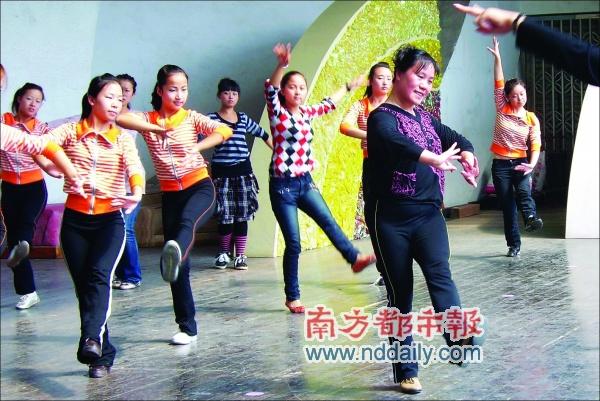 一比一划 教聋哑人跳舞