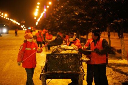 长春副市长与清洁工人一起扫雪图片