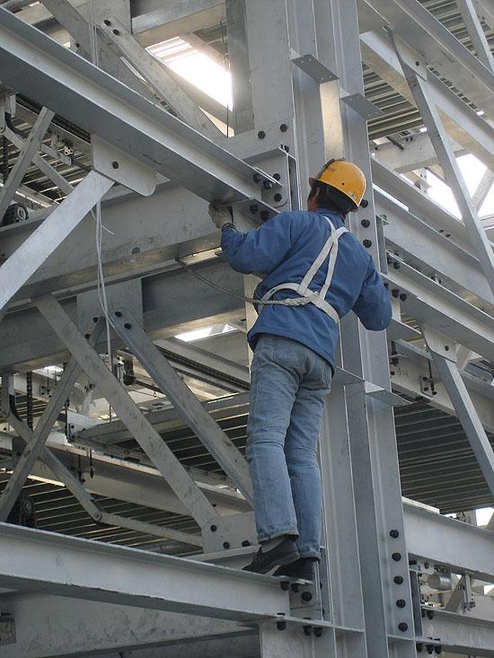 该立体停车库有5层,近500个车位,目前车库的钢结构框架已完工,正在