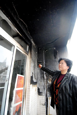 一楼烟火烧了11楼阳台 物业只愿修一半外墙