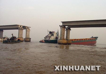 浙江宁波在建大桥被货轮撞塌4人失踪(图)