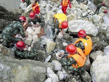 在抗震救灾中,武警水电官兵先后完成了马尔康至汶川,汶川至茂县