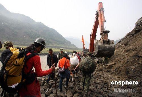 汶川地震已过20多天十余乡镇公路不通