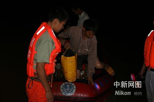 暴雨致广西贺州山洪暴发多部门连夜营救被困者