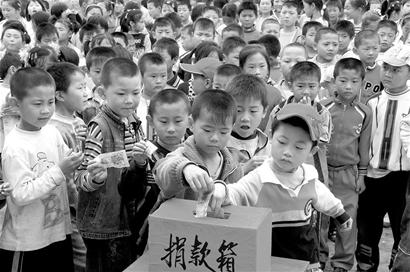 唐山地震孤儿捐1亿行乞者捐款105元