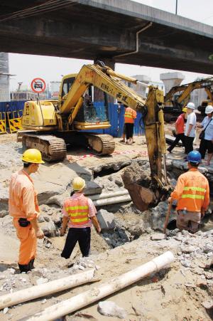 地铁施工挖爆水管桥中南路一片泽国