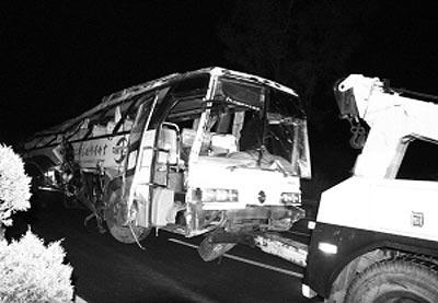 云南楚雄一辆旅游团客车侧翻4死37伤