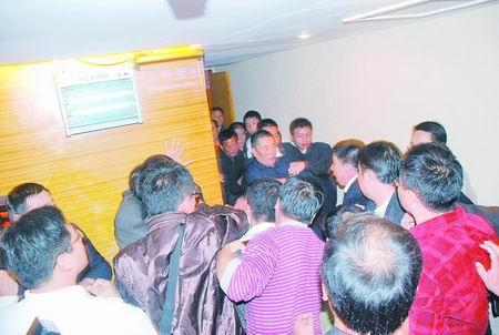 郑州近200名业主开会遭开发商阻挠致双方互殴