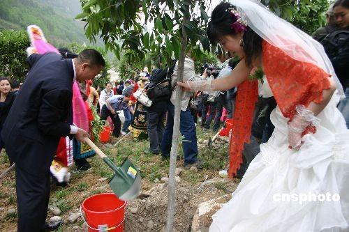 汶川地震灾区首次为重组家庭举行集体婚礼(图)