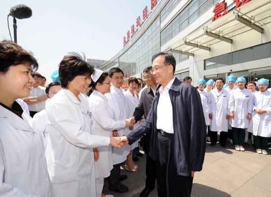 温家宝看望北京确诊甲型流感患者和医护人员