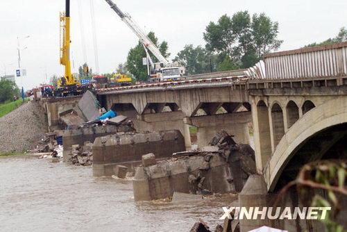 黑龙江铁力呼兰河大桥坍塌已造成1死4伤(图)
