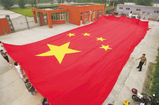 这面巨幅五星红旗比一个标准的篮球场都大