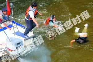 女子落水后 水警马上跳入水中将其救出