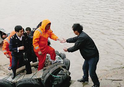浙江一渔船被大轮撞沉 2人被救12人失联