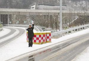 沪渝高速重庆段积雪达4厘米撒15吨盐消融