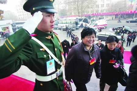 来自武警济宁市支队的90后武警战士向政协委员敬礼