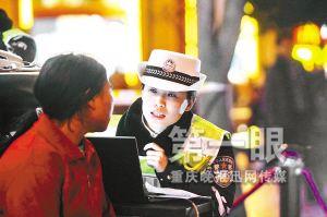 重庆公安局长开出租车夜访交巡警(组图)
