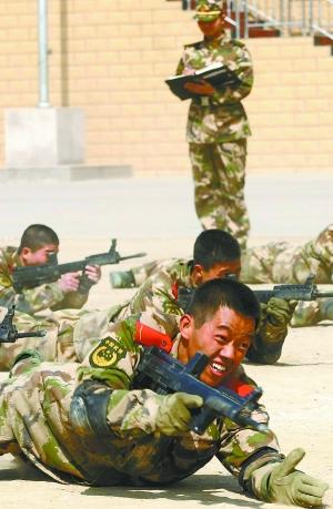 28名武警十三支队的新兵在经过新兵连训练和战术动作、体能等多项图片