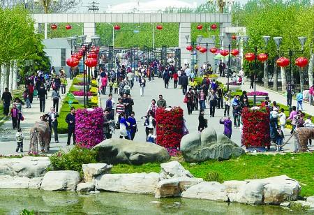 """""""五一""""期间,为方便市民前往动植物园游玩,济宁市公交公司开通了旅游"""