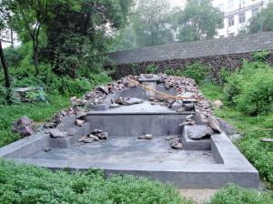 新修建的坟墓之一.图片