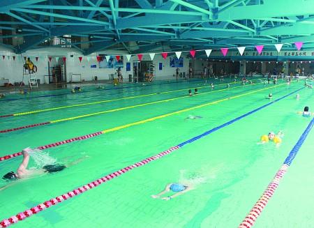 六七月份每天接待上千人次 全民健身中心游泳