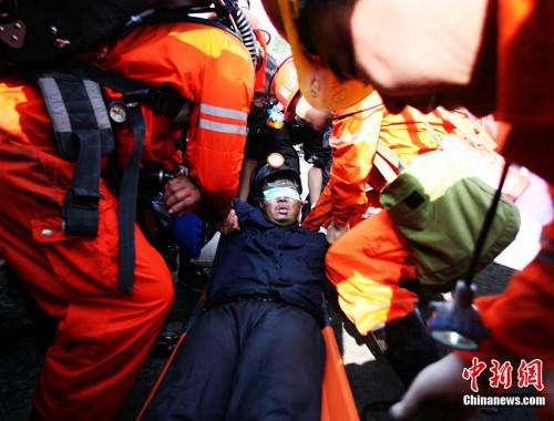 四川威远透水事故被困矿工陆续安全出井。图片来源:中国新闻网 刘忠俊 摄