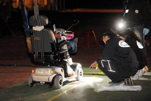 台湾警方在事发现场搜集相关证据。