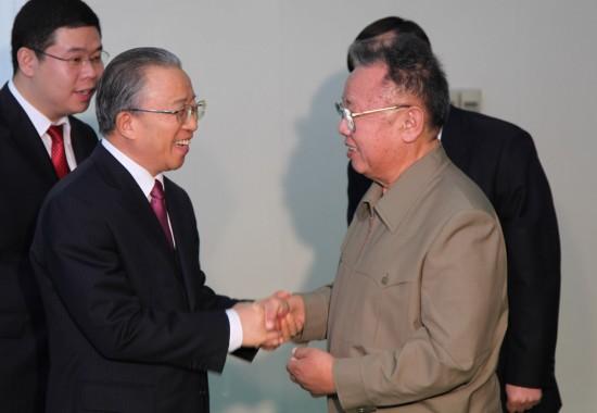 12月9日,朝鲜劳动党总书记、国防委员会委员长金正日(前右)在平壤会见了中国国务委员戴秉国(前左)。新华社记者高浩荣摄
