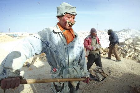 工人们正在辛苦劳动