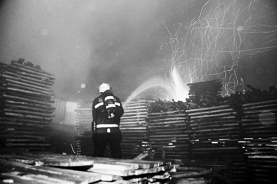 臭气袭击嘉兴市区时,嘉善一海绵厂正在起火并殃及旁边的木材厂,有人猜臭气来源于此。但是这一说法已被环保部门排除。