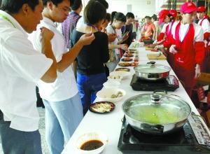 2007年9月17日,在南京举行的世界猪肉大会上,双汇集团设立了肉制品展台。资料图片
