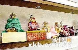 王婉宁家中墙上摆满了各种佛像。