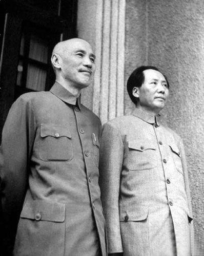 资料图:毛泽东(右)、蒋介石并肩而立