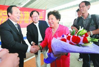 图为省中山医院领导到武汉站迎接孙博士。记者 马青 摄