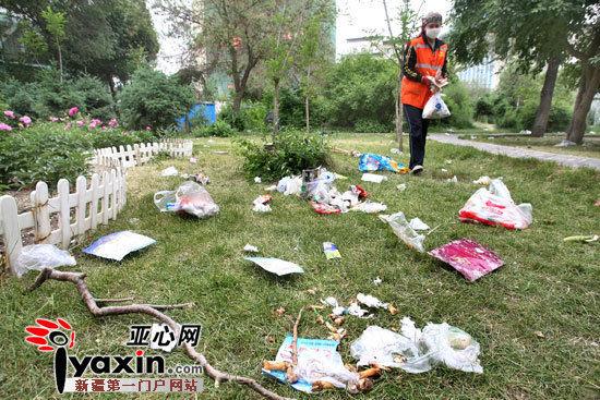 """新疆乌鲁木齐市部分公园儿童节后变""""垃圾场"""""""
