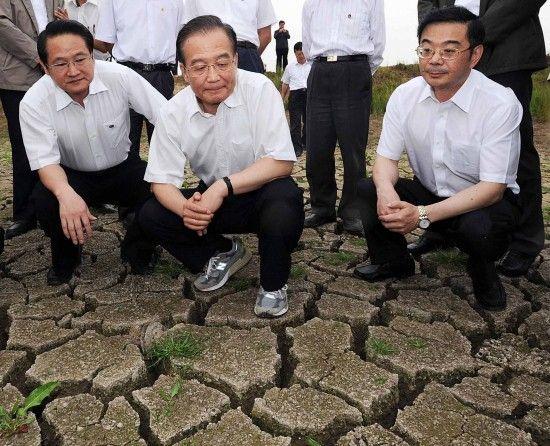 6月2日,温家宝在湖南省岳阳市君山区采桑湖镇湖底察看旱情。新华社记者 李涛 摄