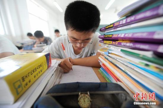 2011年6月1日,江苏扬州扬大附中东部分校的高三年级的学生正在教室内紧张复习功课,备战即将到来的高考。孟德龙 摄 图片来源:CNSPHOTO