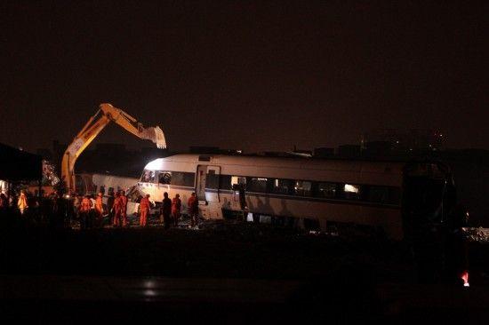 7月25日,挖掘机正在对事故列车车厢进行拆解。新华社记者 邢广利 摄