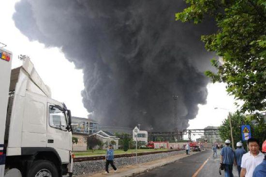 当日上午10点左右,中石油大连石化分公司突然发生火灾。 新华社记者蔡拥军摄