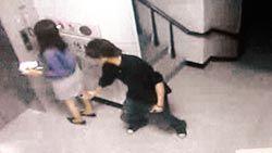 强奸偷拍门_图为一名歹徒尾随女子进入社区大厦偷拍裙下风光,还企图性侵.