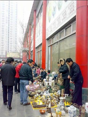 位于北京东三环的潘家园古玩市场是著名的古玩、民间工艺品集散地,其中的鱼龙混杂,让人好生困惑。   王利/摄