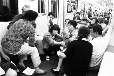 上海地铁10号线列车不慎发生追尾,有乘客受伤。发生事故的车厢内,乘客们等待救援。
