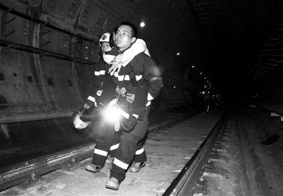 救援人员在上海地铁10号线事故现场营救。