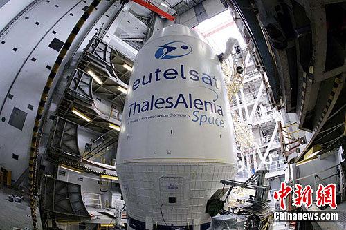 """位于""""长征三号乙""""运载火箭顶部的W3C通信卫星。杜财 摄"""