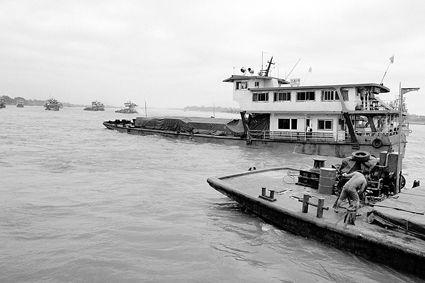 14日早晨,滞留的中国船员和船只从泰国清盛港启程回国图/新华社