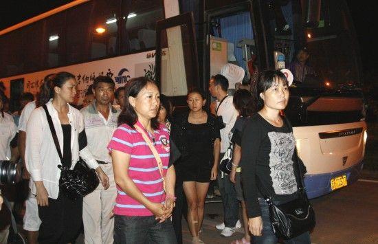 10月14日,湄公河货船遭袭遇难的中国船员亲属代表乘车从泰国回到中国磨憨口岸。新华社发 (陈瑾 摄)