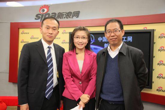 交会对接微波雷达总设计师孙武(右)、主持人郝婧、飞船回收着陆分析系统γ高度表主任设计师王征(左)。
