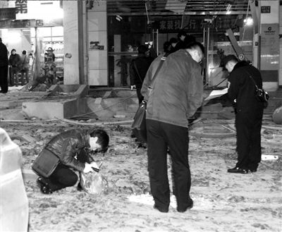 公安人员对现场进行勘察。 新华社发